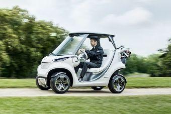 Автомобиль оснащен электромотором и литий-ионным аккумулятором. Запас хода составляет 80 км, а скорость ограничена отметкой 30 км/ч — неплохие показатели с учетом того, что машина весит 440 кг, а перевозить способна целых 460 кг.