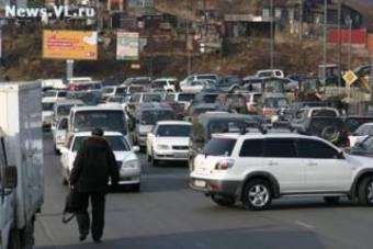Акция протеста автомобилистов Владивостока против возможного ограничения ввоза и эксплуатации машин с правым рулем прошла в среду в столице Приморья.
