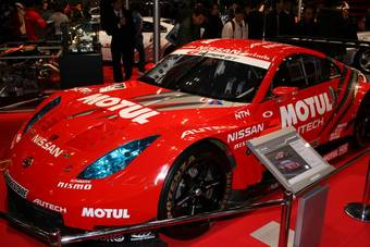 Среди прочих выставленных автомобилей Nissan наибольшее впечатление производит Nissan Motul Autech Z. Гоночный болид с битурбированным трехлитровым двигателем V6 мощностью в 500 л.с.