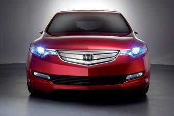 Вместе с презентацией автомобиля Honda Accord Tourer были опубликованы и его официальные фотографии.