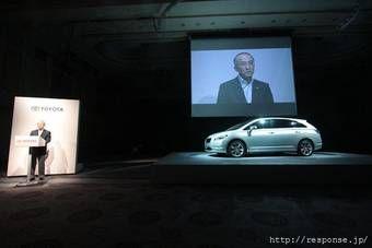 Президент компании Toyota в среду представил в Японии новый автомобиль на стыке седана, минивэна и универсала.
