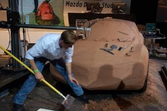 Вот так, с помощью резца, рубанка и куска «наждачки» профессиональные дизайнеры стругают автомобили.