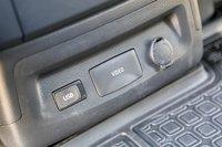 USB-порты и розетки в том количестве, которое достаточно для удобного ими пользования. До рестайлинга Alphard флешки не читал