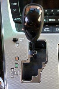 Коробка на Alphard знакомая и несколько задумчивая, причем в ручном режиме передачу до конца не держащая. Двигатель сглаживает эти ее недостатки