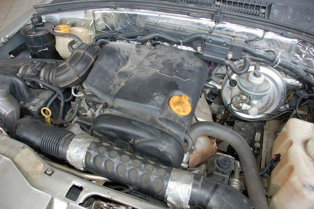 Компоновка с двигателем Opel под капотом другая, механическая коробка Aisin объединена с «раздаткой» в моноблок. Звучит мотор жестко, ходы рычага меньше, включения четче. Прокатиться, увы, не удалось, но для нынешних покупателей «Нивы» знакомство с ходовыми качествами FAM1 не принципиальны — машина не выпускается уже 6 лет
