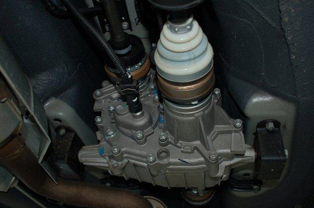 Промежуточный кардан, соединяющий КП и РК, тоже перевели с крестовин на ШРУСы. В самой «раздатке» используются двухрядные подшипники – может, она и стала надежнее, но по-прежнему воет