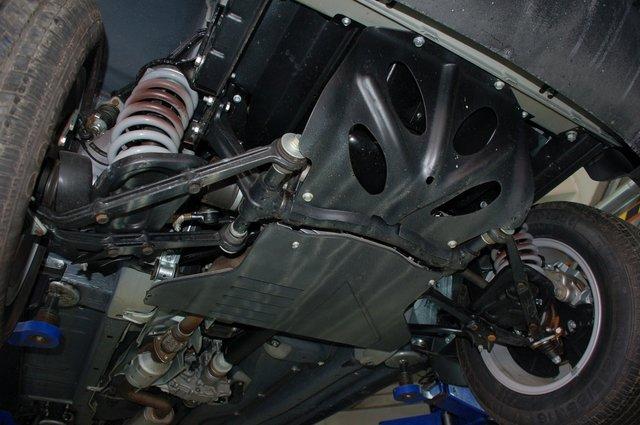 Под днищем нет выступающих элементов — и в этом отношении Niva настоящий джип. Моторный отсек снизу прикрыт двумя уровнями грязезащиты. Силовые листы под двигатель и трансмиссию предлагаются отдельно