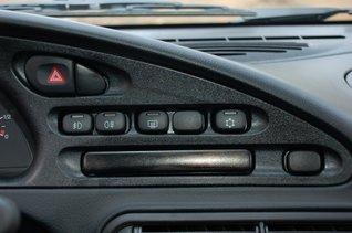 Под кнопками за черной полоской плексигласа — ряд контрольных ламп, которым почему-то не хватило места на комбинации приборов