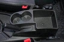Подстаканники и бокс между сиденьями можно прикрыть подлокотником только из списка платных аксессуаров