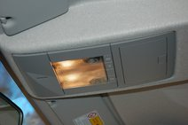 Спереди в двух «верхних» оснащениях есть очечник. Что странно, свет нельзя отключить принудительно, погаснет сам после закрытия дверей
