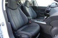 Передние кресла Peugeot 308 больше понравились в «тряпочном» варианте, но и в «кожаном» они очень неплохи. Похожи на подвеску: хорошо держат без какой-то экстремальной жесткости
