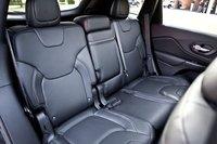 На заднем ряду сидений четко выражены зоны для двух пассажиров. Место для третьего угадывается по ремню безопасности