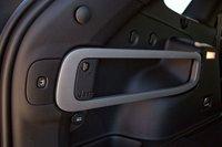 Багажник — одна из наиболее продуманных частей автомобиля. Здесь есть всё: от крючков для крепления сеток и держателей до электрического гнезда. Алгоритм закрывания багажника такой, что после нажатия кнопки до старта есть небольшая пауза, чтобы человек мог спокойно отойти в сторону
