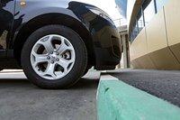 Под передним бампером — чуть больше 130 мм. Как на легковых автомобилях. Парковаться над бордюрами нужно осторожно, а по «пересеченке» ездить только в сопровождении штурмана, показывающего дорогу