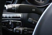 Традиционно для Mercedes-Benz левая сторона от рулевой колонки перегружена. Тут и «поворотники», и «дворники», и адаптивный круиз-контроль, и регулировка руля