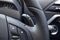 Подрулевые лепестки ручного выбора передач вращаются вместе с рулем, поэтому в поворотах менять передачи вручную затруднительно