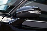 В корпусах наружных зеркал кроме повторителей поворотов расположены еще и плафоны наружной подсветки зоны посадки