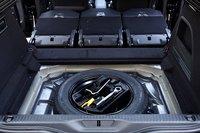 Под полом багажника никаких дополнительных отсеков: только докатка и набор штатного инструмента