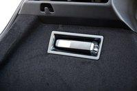 В левой стенке багажника роль плафона освещения выполняет съемный аккумуляторный фонарик