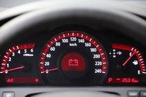 У «Мохаве» приборка нарядная, оптитронная. Как и в Honda, главенствует спидометр. Цвет приборки яркий, насыщенный. Выглядит эффектно и необычно