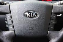 Профиль баранки «Киа» тоньше. Да и смотрится рулевое колесо архаично. Зато регулировка в двух плоскостях осуществляется с помощью электропривода. Можно также изменять положение педального узла с помощью электричества. Американские корни