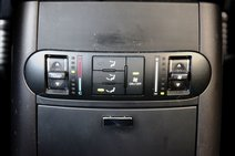 Для пассажиров второго ряда в «Пилоте» температуру можно выставлять в градусах, в то время как в «Мохаве» этим заведует условная шкала тепла и холода. Матовый пластик в Мохаве, пробежавшем неслабые 25 000 тестовых километров, местами сильно затерся