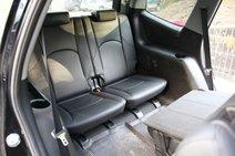 У Kia полноценно, со сдвигом вперед переднего кресла, доступ на третий ряд возможен только с правой стороны