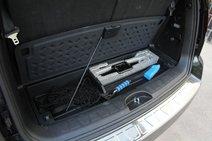 В «Киа» пол багажника пришлось подпирать прутком от домкрата в целях фотосъемки