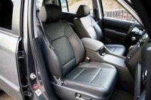 Комфортабельные кресла «Пилота» держат лучше, чем у конкурента. Профиль более выраженный. Регулировки спереди электрические, а водитель может еще менять поясничный подпор