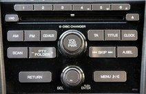В скоплении кнопок, управляющих аудиосистемой, придется разобраться…