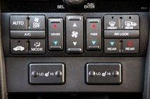 Не легче будет и с маленькими и однообразными клавишами климат-контроля