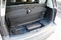 С разложенным третьим рядом больше места в багажнике «Хонды». Он лучше еще и тем, что поднятый пол можно закрепить ремешком на специально сделанный для этого крючок