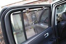 У Honda для пассажиров задних рядов есть специальная площадка на широком пороге. А еще — шторки на дверях