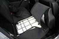 Трансформация салона в багажник происходит по традиционной схеме. Спинка заднего сиденья может быть легко избавлена от обивки с помощью молнии
