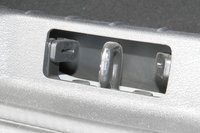 Резиновые отбойники в замке багажника — дополнительная мера по борьбе с шумом