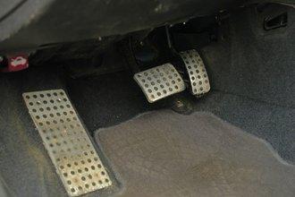 Педальный узел и площадка для отдыха левой ноги в Alfa Romeo 156 GTA выполнены из алюминия
