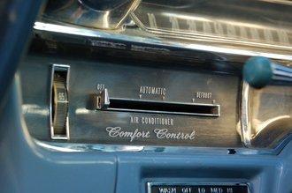 Основная фишка Fleetwood образца 1964 года, на которую делался упор в рекламной кампании, — климат-контроль. Выставляешь температуру (естественно, в фаренгейтах) и…