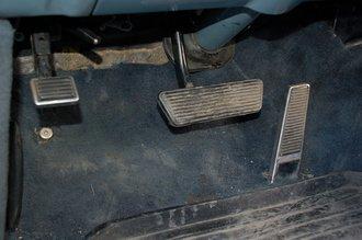 Педаль газа — напольная. Стояночный тормоз — ножной. Кнопка под ним включает дальний свет