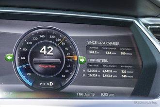 Мердо, Южная Дакота: мы чуть не упустили из виду уровень заряда, и нам пришлось 45 минут ехать не быстрее 65 км/ч, и уровень заряда упал почти до нуля. Но у нас получилось