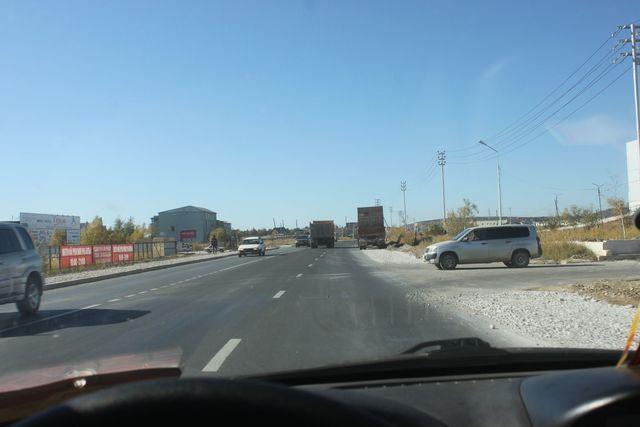Обрисовывает дырки на дороге