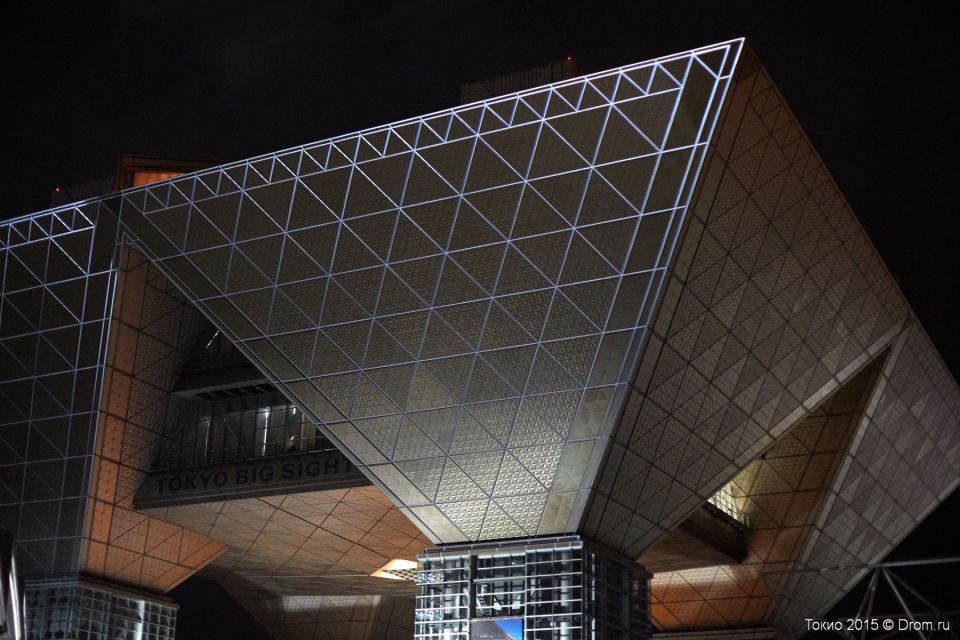 Выставочный комплекс «Токио Биг Сайт» расположен на искусственном острове Одайба, который насыпан в Токийском заливе. В отличие от плотно застроенного Токио Одайба известна своими широкими проспектами, просторными парками и... ветром. Дует, будь здоров. Море всё-таки вокруг.