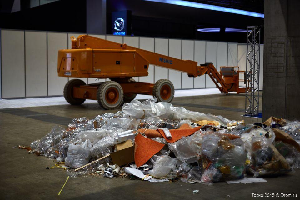 Привычный реквизит ночи перед Моторшоу — строительный мусор и рабочая техника. В принципе, такую картину мы встречаем на всех мировых автосалонах в любой стране. Уже завтра все следы ночного аврала испарятся.