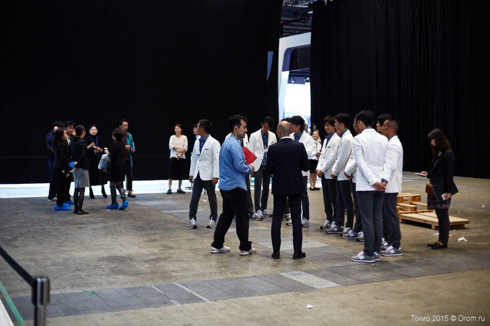 Команда получает ЦУ. Инструктаж перед завтрашним днём получает персонал в одинаковых пиджаках и кроссовочках.