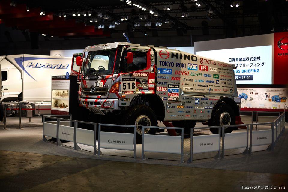 Разукрашенный боевой грузовик Hino. До КАМАЗа как до Луны.