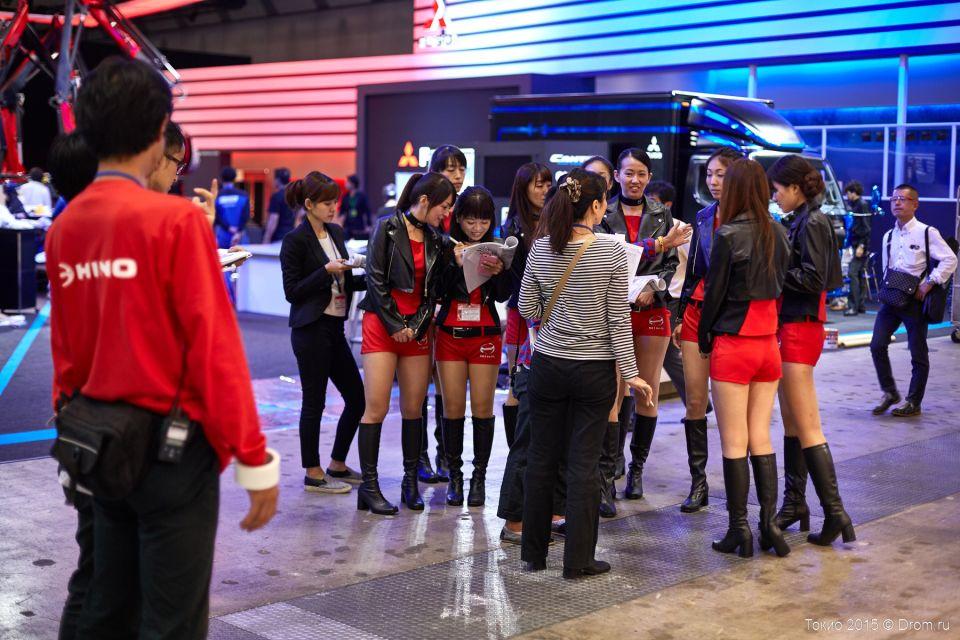 Круговой инструктаж. Японцы, как правило, всё обсуждают встав в кружок.