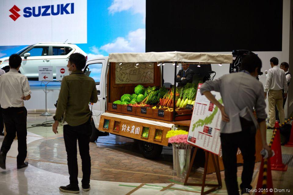Выставка искусственных овощей. В Японии продажа сельхоз продукции с колёс актуальная тема для многих частников. Компания Suzuki предлагает свои решения для фермеров.