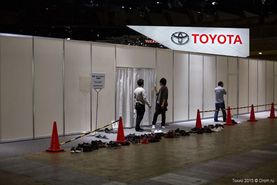Супер-секретный стенд компании Toyota. Двойное ограждение, вход по пропускам, а за шторками дверей ещё и ширма установлена, чтобы враг не прорвался и не увидел до времени секретов Полишинеля.