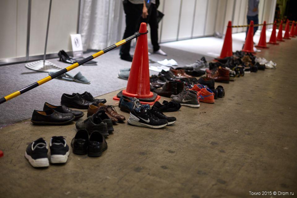 Перед входом в чистое помещение в Японии принято разуваться. Эта обувь стоит перед входом в закрытую часть экспозиции Тойоты.