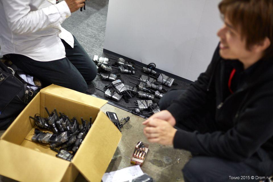 Пресс-конференции часто приходится переводить на лету. Поэтому персонал заранее готовит оборудование для трансляции синхронного перевода.
