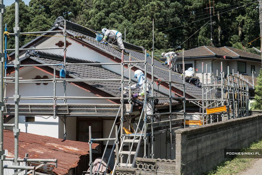 Крыши домов очищаются вручную. Дом за домом